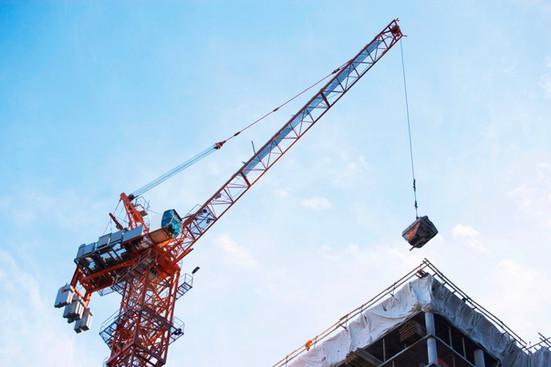 elevación de la grúa en el sitio de construcción