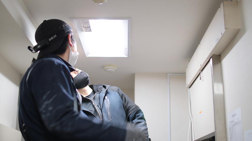 ミレテルの防犯カメラ設置は、極力露出配線を減らす為、蛍光灯を外して可能な限り隠蔽配線を行います。