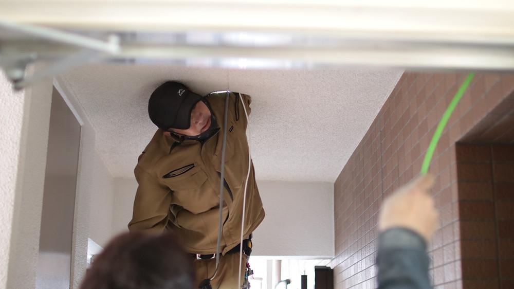 マンションの防犯カメラ設置工事作業風景です。ミレテルは、システム構築だけでなく施工クオリティも自信をもってご対応しております。
