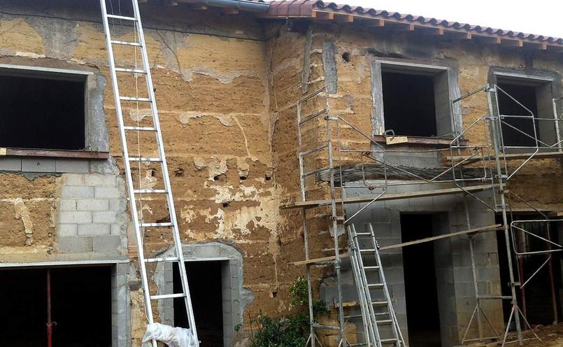 Pose du nouveau toit et décapage des façades.