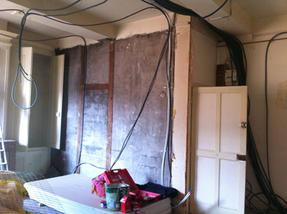 Passage des câbles avant les plafonds et le cloisonnement