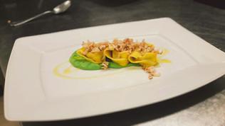 Ravioloni ripieni di coda di rospo su crema di tenerumi e filetti di calamaro allo zenzero