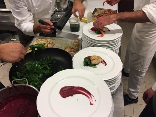 Trancetto di ricciola all'erbette selvatiche con gambero rosso di Mazara su crema di patate rosse e bietolina