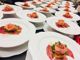 Battuto di tonno al sale maldon con rosellina di salmone affumicato e verdurine  marinate con salsa all'arancia