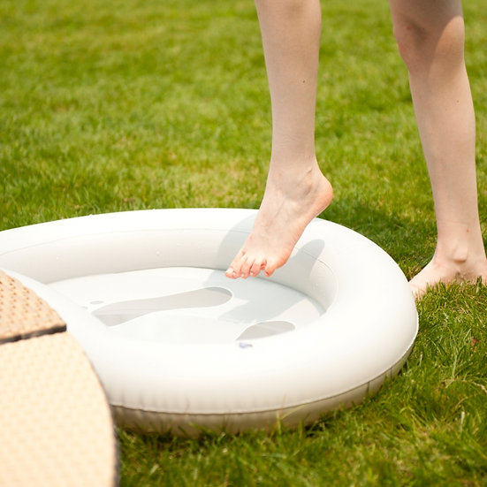 Inflatable tray for feet