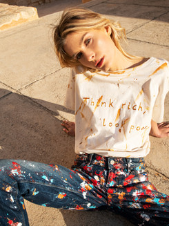 Tee-shirt Think rich, Look Poor et jeans peinture