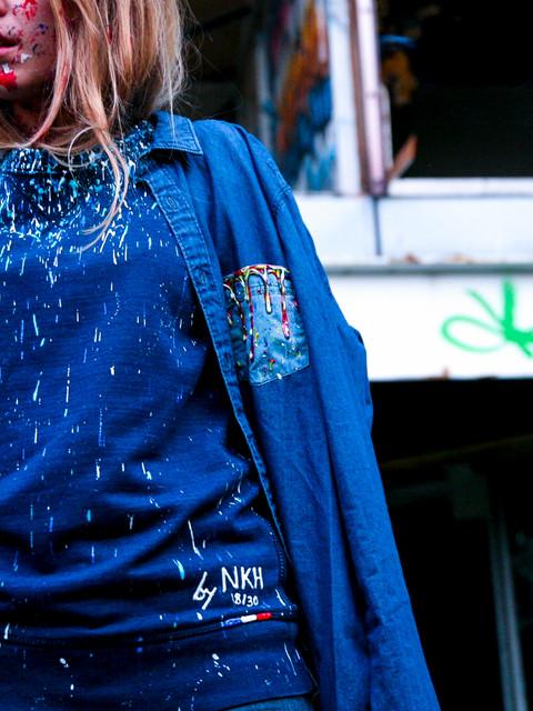 Pull bleu peinture épaule