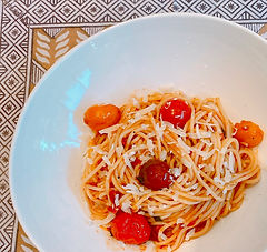 Spaghetti with small tomatoes, garlic, basil and chiles