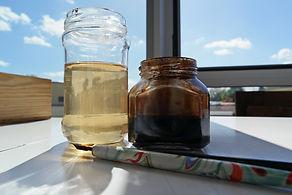 Le brou de noix, utilisé par l'artiste peintre laurevandemeele, est une macération de coques de noix.