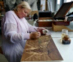 La peinture au brou de noix est une spécialité de l'artiste peintre Belge Laure Van De Meele.