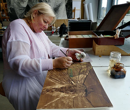 Schilderen met bister is een specialiteit dat Laure Van De Meele beter en beter onder de knie werk.