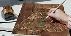 Laurevandemeele aime dessiner au brou de noix qu'elle marie avec le pastel
