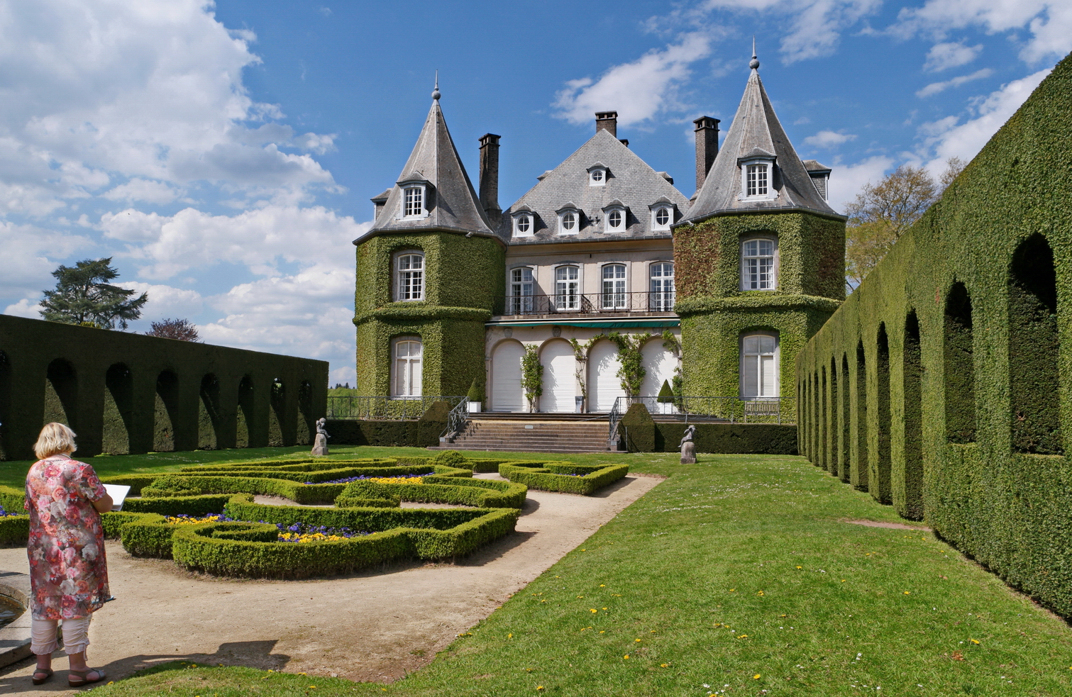 Laure_Vandemeele_dessinant_sur_site_le_Château_de_la_Hulpe_E