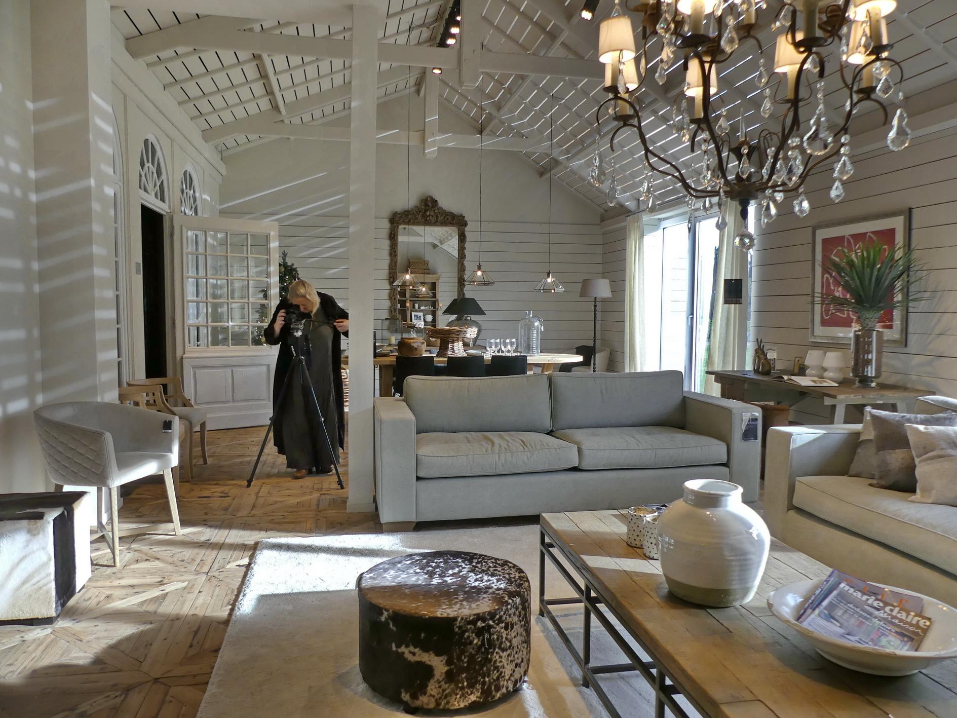L'artiste Laure Van De Meele, en prise de vue chez Flamant Interior