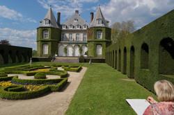 Laure_Van_De_Meele_dessinant_sur_site_le_Château_de_la_Hulpe_J
