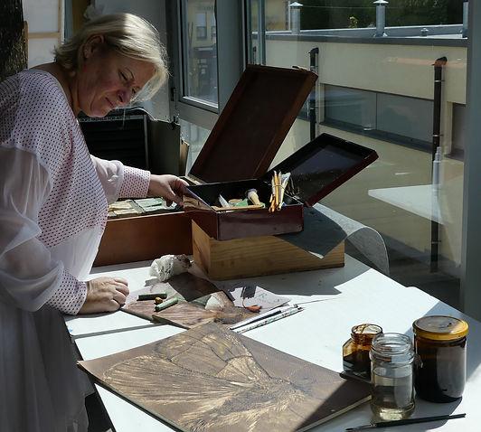 laurevandemeele is een kunsternaar die graag tekening in the walnut stain (bister) dit is een heel bijzonder en weinig bekende techniek.