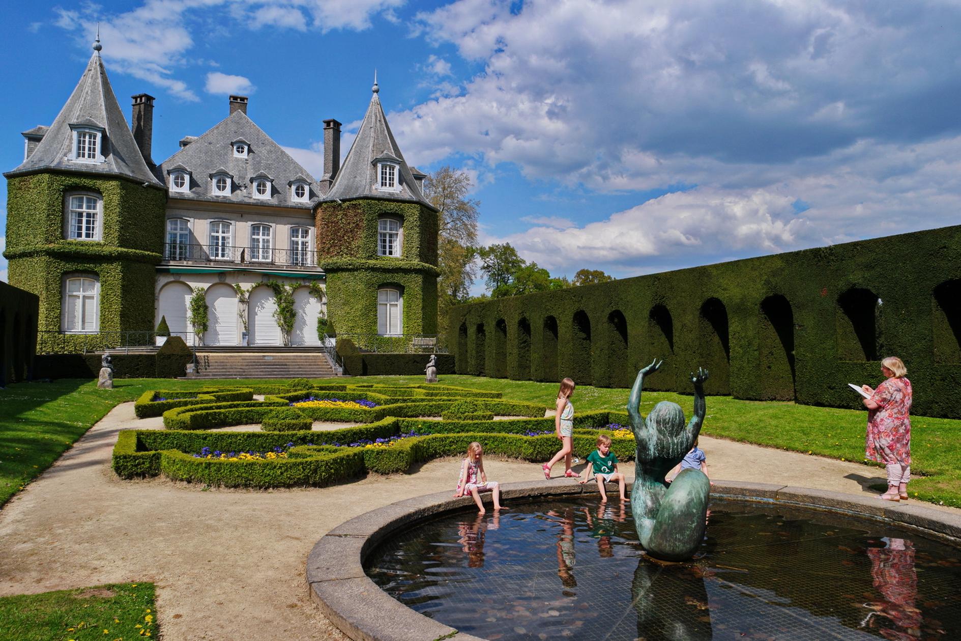 Laure_Van_De_Meele_dessinant_sur_site_le_Château_de_la_Hulpe_C