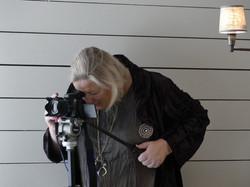 L'artiste Laure Van De Meele en train de photographier