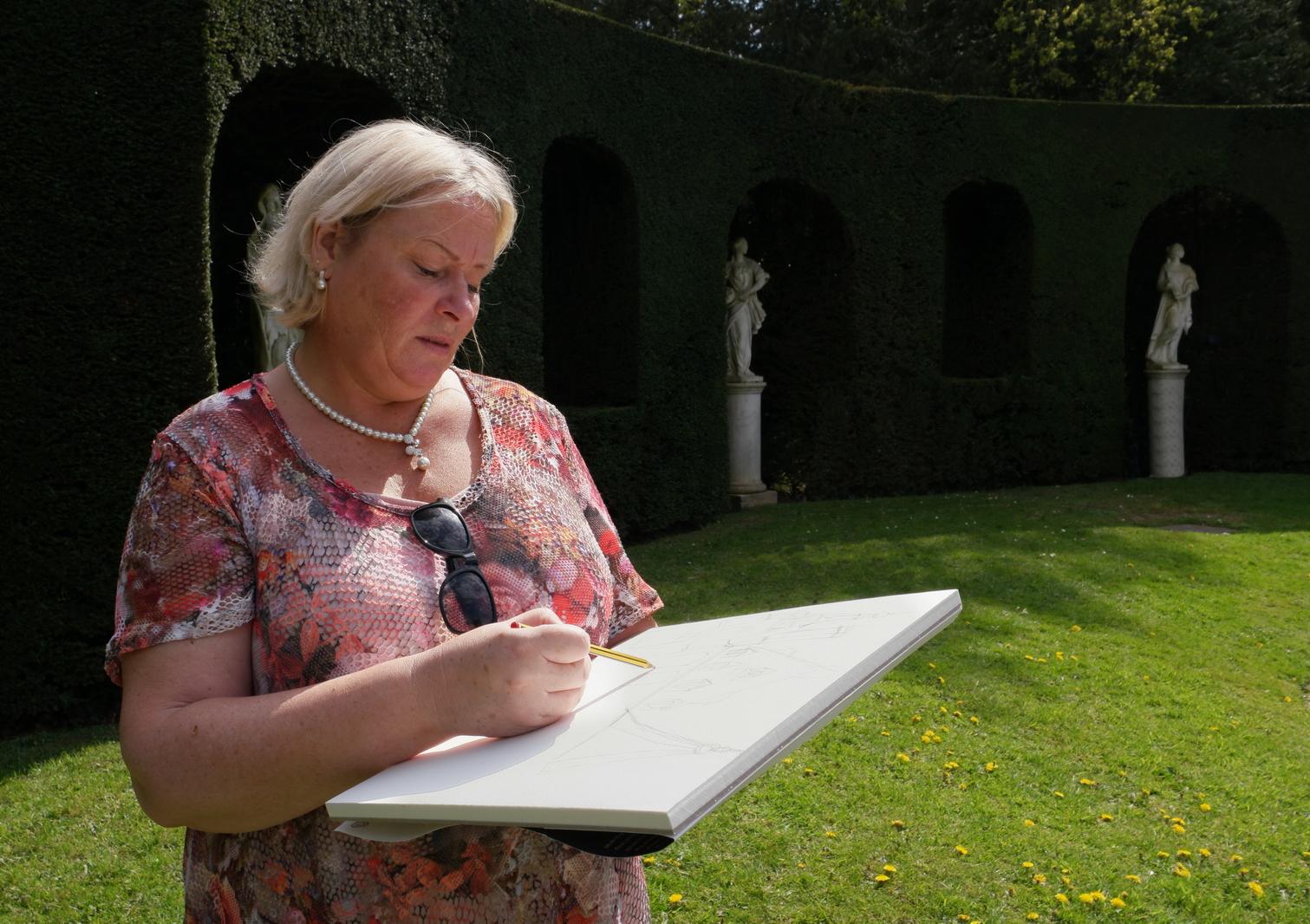 Laure Van De Meele dessinant au parc de solvay A