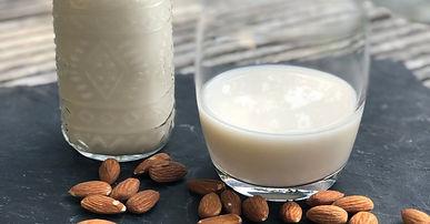 Leckere Mandel- oder Cashewmilch. Einfach selbst machen