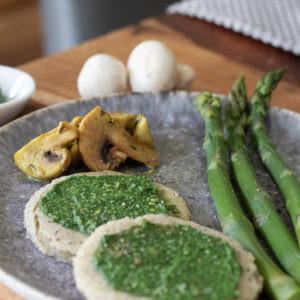 Buchweizen-Pfannkuchen mit Spargel und Bärlauchpesto
