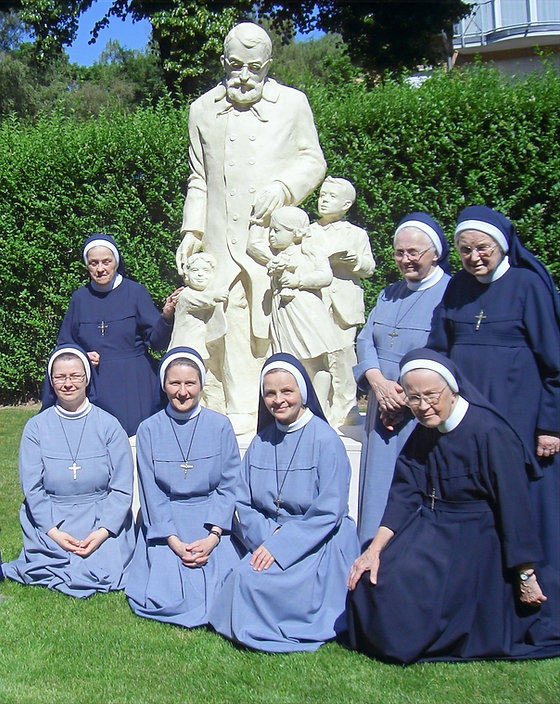 Schwestern vor der Statue von Edmund Bojanowski