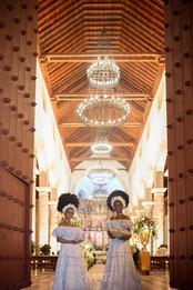 Mulatas recibiendo a los invitados en la catedral de Cartagena