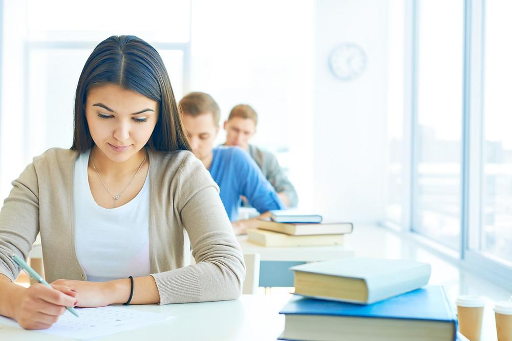 Candidatos fazendo testes psicológicos para emprego