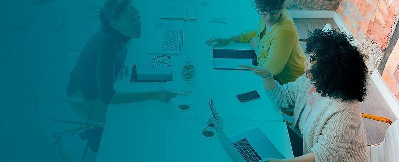 Profissionais de recrutamento e seleção conversando sobre processos seletivos