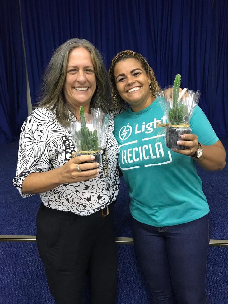 Ms. Marina Vanderput e Priscilla, representante da Light Recicla