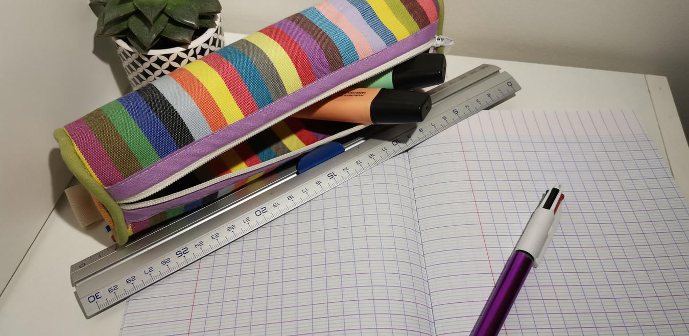 Trousse à rayures multicolores