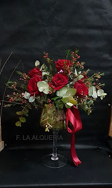 Muy elegante es este arreglo floral con rosas rojas en un copa de cristal incluido para regalar