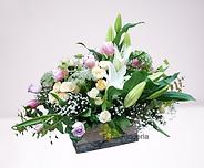 caja con flores diversas en su composicion