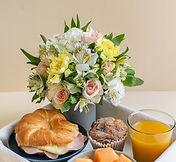 Porque no escoger algo diferente y especial a la vez, ahora desde nuestra web podra elegir la opcion de enviar un desayuno con un bonito ramo de flores a quien usted quiera, nosotros lo enviaremos a domicilio en la ciudad de valencia por las mañana.