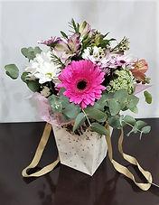 Innovaciones florales son otra forma de regalar flores, por ejemplo esta composicion que es un ramos de flores en un bolsito de carton  y que incorpora un deposito de agua. Envio de flores a la ciudad de valencia y poblaciones de alrededor.