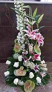 Arreglo vertical con flores variadas de temporada. Encuentralo en nuestra web para regalar y enviarlo a valencia