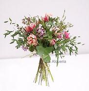 Ramo con tulipanes y verdes especiales