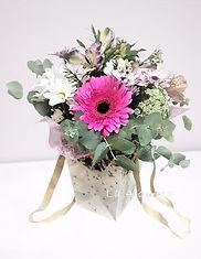 Bolso de flores diversas en esta composicion para que lo podamos entregar en Valencia, uno de los preferidos de los clientes