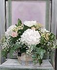 Hortensias blancas en un capazo muy especial. realizamos las composiciones florales con delicadeza y las entregamos a domicilios de la ciudad de valencia cuidadndolas hasta entregarlas