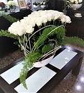 Arreglo floral con rosas blancas