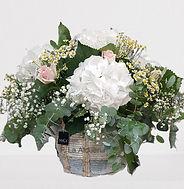 cesto con hortensias blancas