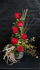 Una gran tentación es este arreglo floral de rosas rojas para regalar desde nuestra web y nosotros lo mandaremos con nuestro reparto en la ciudad de Valencia con todo cuidado para que le llegue tu tentación en perfectas condiciones.