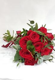 ramo de rosas rojas con su color especial e intenso donde puedes demostrar tu amor. Realizamos entregas a domicilio en Valencia España