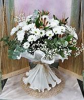 Ramo de flores con margaritas blancas y astromelias de colores, con este ramo de flores realizado en floristeria valencia la alqueria podras sorprender en un cumpleaños para celebrar ese aniversario tan especial