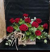 Abecés un suspiro lo dice todo, así refleja este arreglo floral de rosas rojas en una cajita de madera, donde se concentra un suspiro de amor. En floristería la Alqueria con reparto a domicilio en Valencia podrás regalar un verdadero suspiro floral.