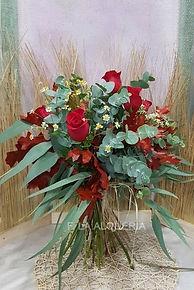 Floristeria la alqueria. Ramo de rosas especial con verdes y flor de manzanilla. Ideal para ese regalo floral que seguro anima a quien lo recibe. Floristeria en valencia con envio a domicilio.