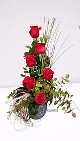 Demuestre su amor con esta composicion de rosas rojas y lo entregaremos en Valencia España