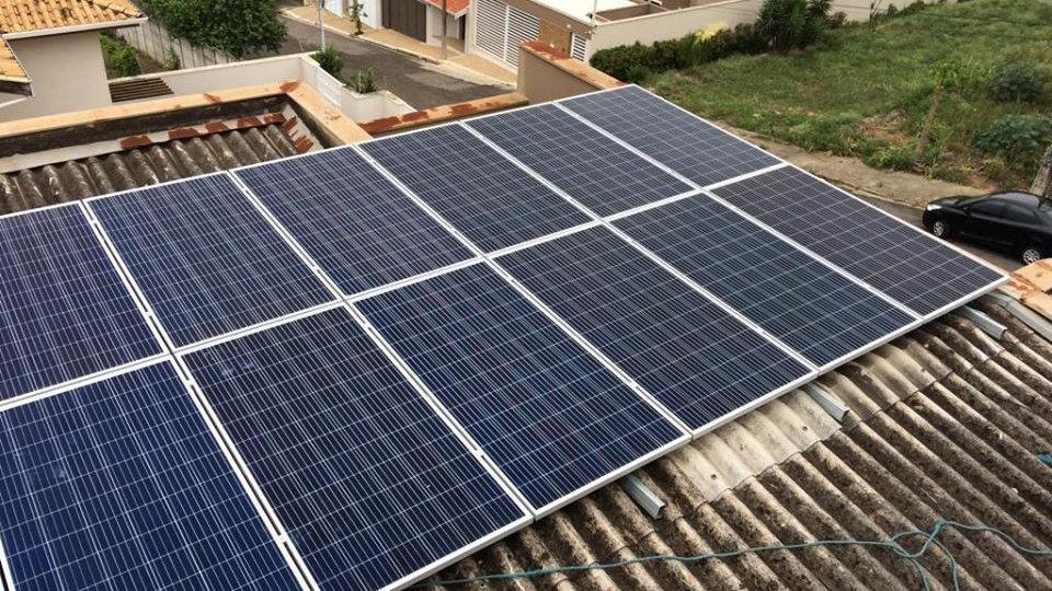 Estrutura de placa solar com perfis galvanizados