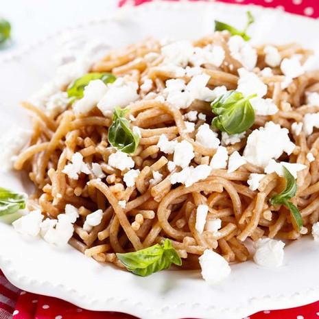Спагетти из полбы с фета и базиликом