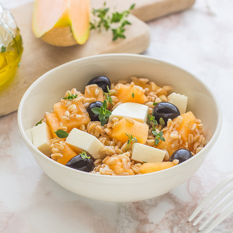 Пикантный салат с сыром и дыней